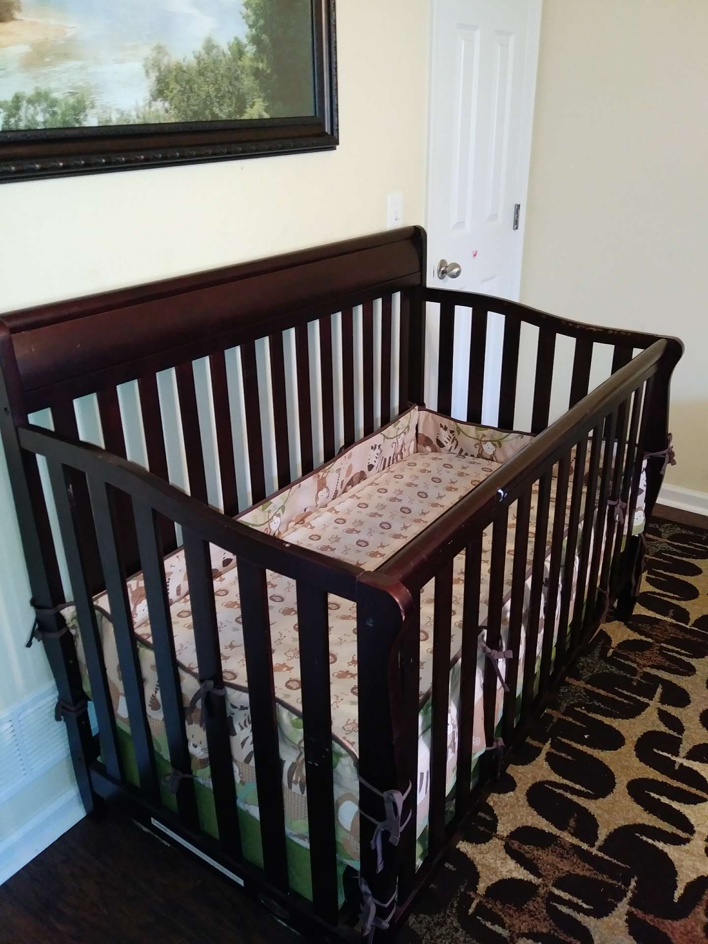 Photo Graco crib, mattress and crib set.