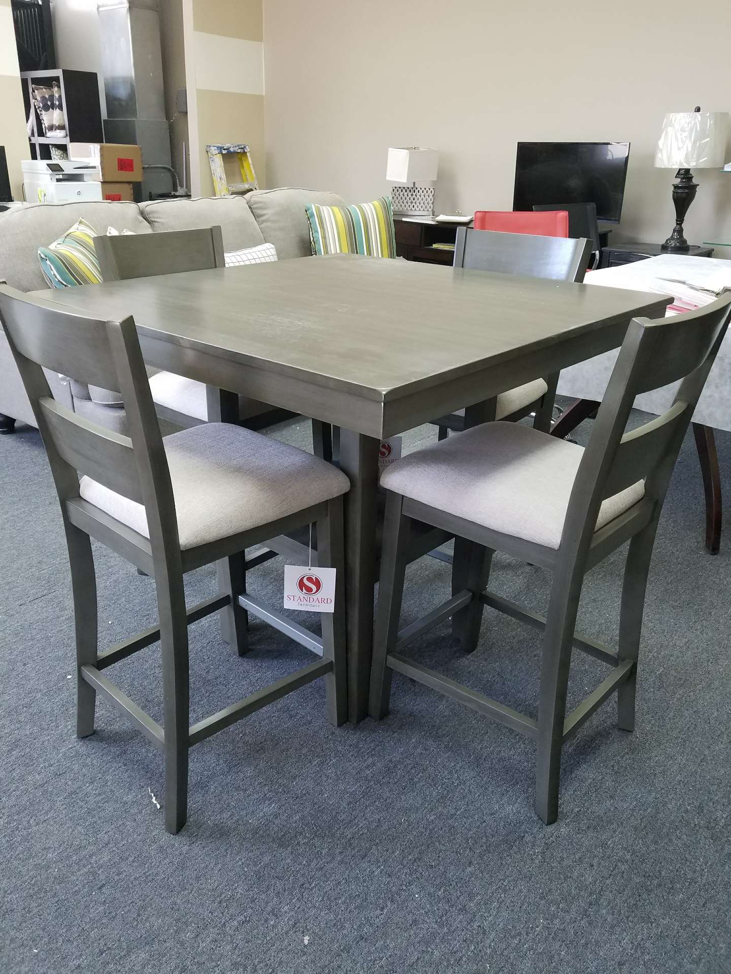 Photo Counter height dining table with 4 chairs