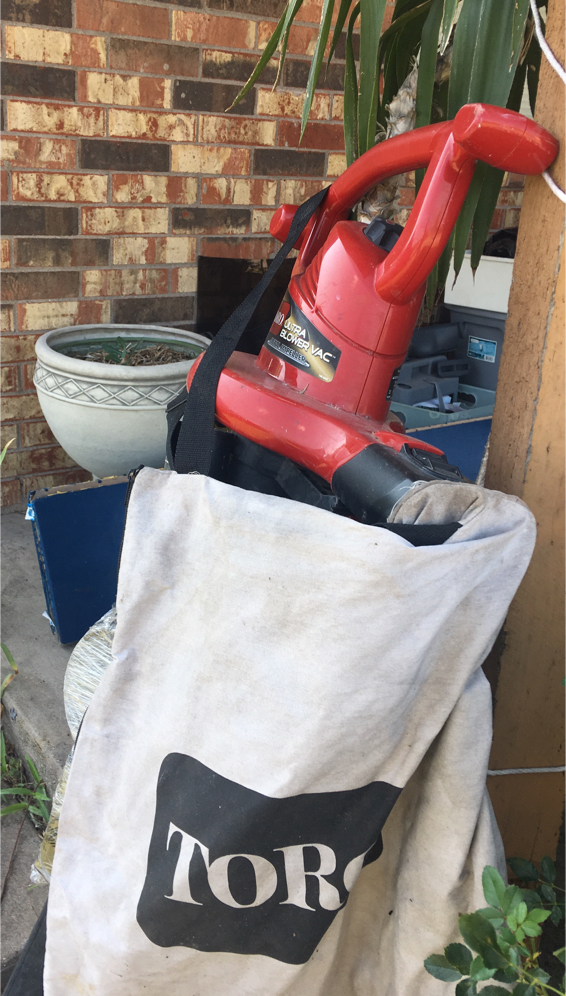 Photo TORO electric leaf blower and vacuum
