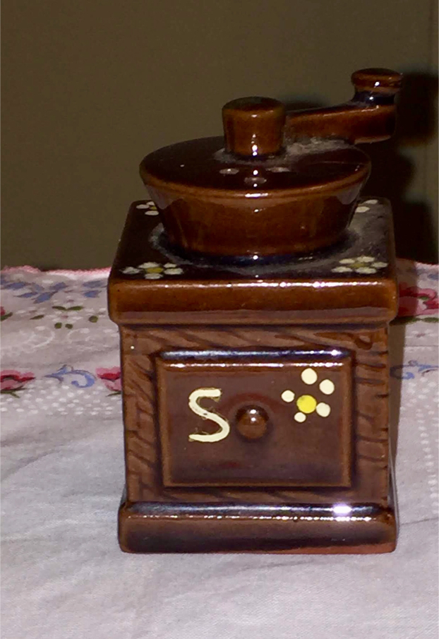 Photo Vintage ceramic salt shaker