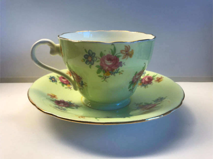 Photo Aynsley bone china tea cup & saucer England pale green with pink rose floral bouquet, scalloped