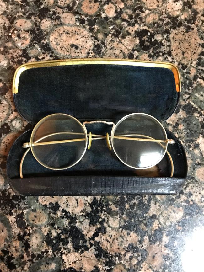 Photo John Lennon Antique glasses