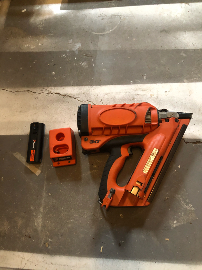 Photo Paslode Cordless 30 Degree Framing Nailer 900420