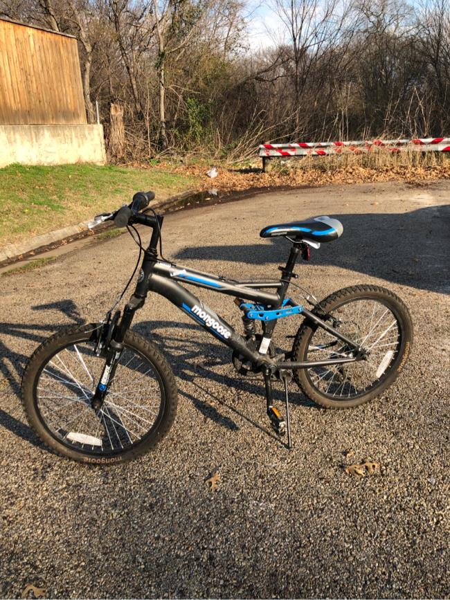 Photo Mongoose 2.1 Ledge boys mountain bike