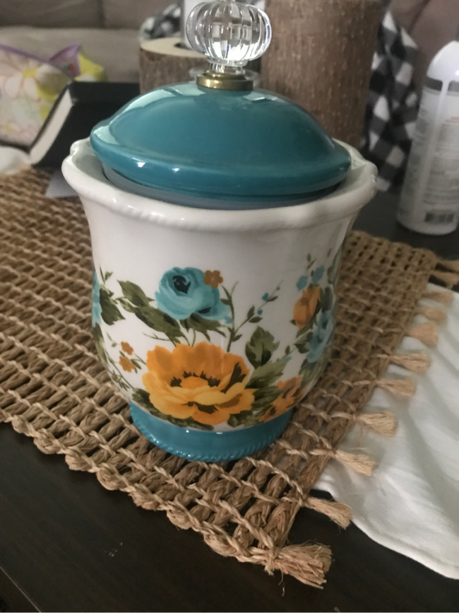 Photo Pioneer woman canister