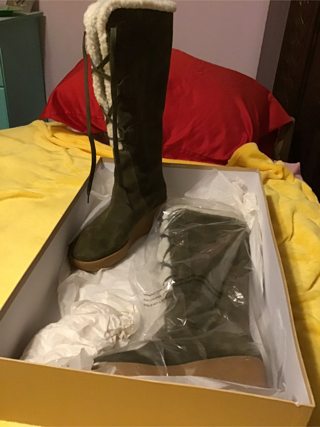 Photo MICHAEL KORS BRAND NEW LADIES SIZE 8M SOFT SUEDE AND FAUX SHEARLING OLIVE GREEN BOOTS. NEW WITH TAGS AND BOX.