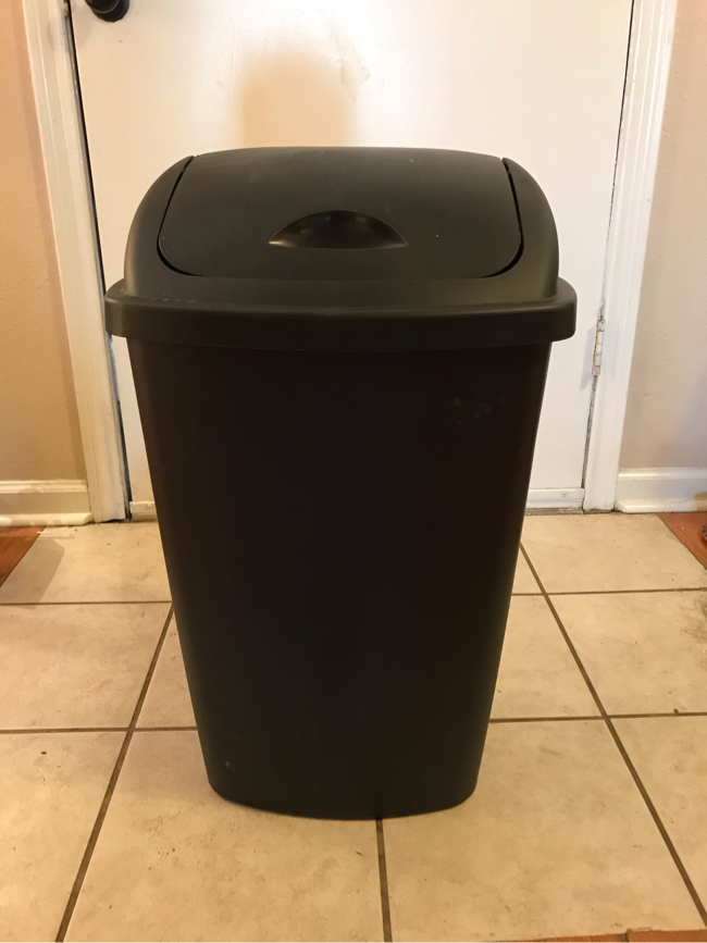 Photo 13 gallon trash cans