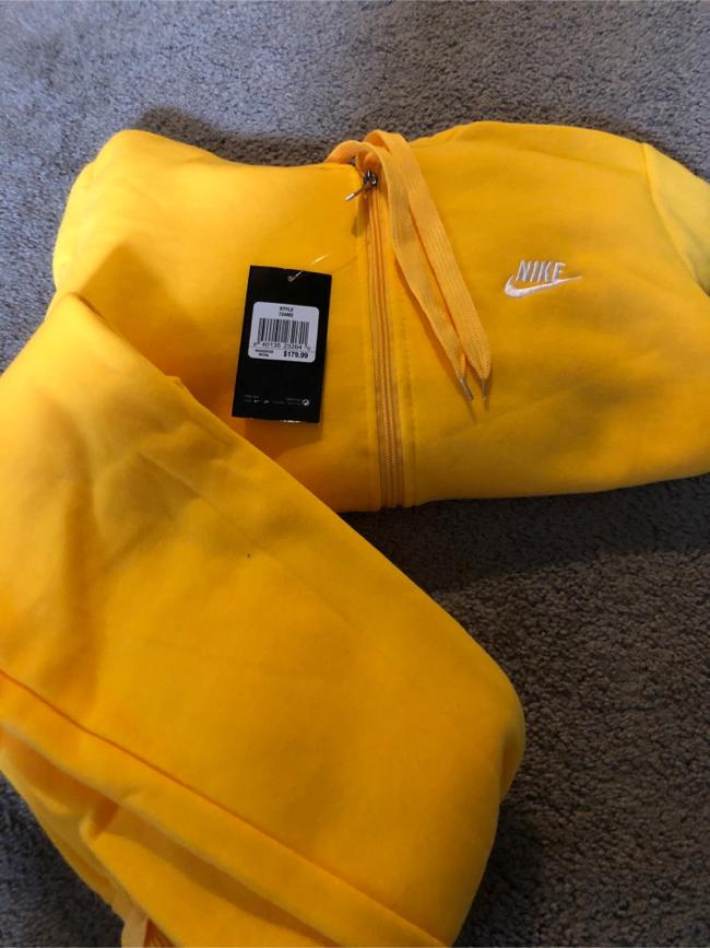 Photo Yellow Nike suit