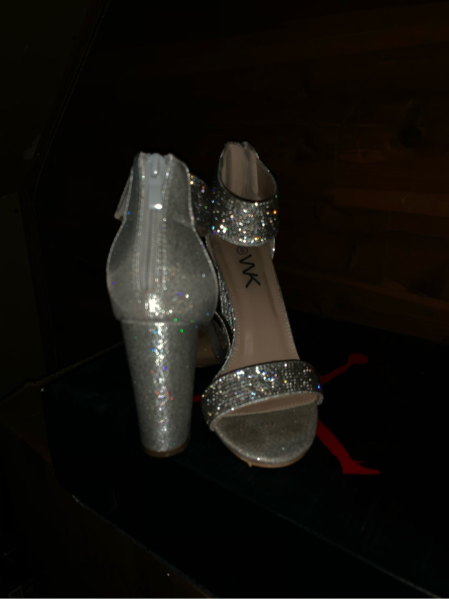 Photo Sparkling silver prom shoes