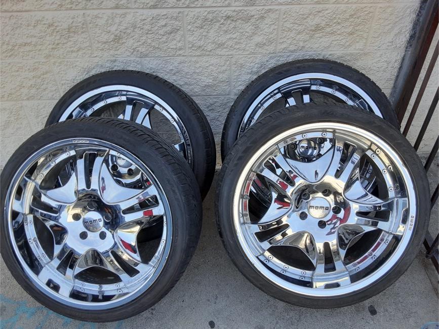 Photo 22 inch chrome momo rims w/tires