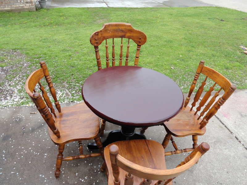 Photo Beautiful Solid Wood Round Table w 4 Chairs