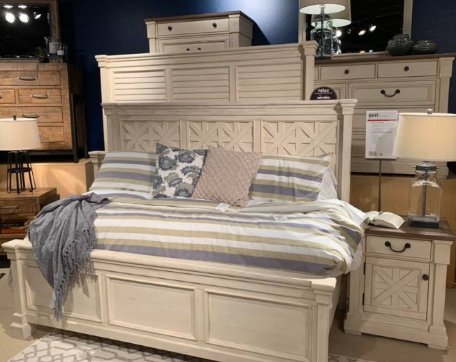 Photo SPECIAL] Bolanburg Antique White Louvered Panel Bedroom Set. 5 pc queen. DRESSER NIGHT STAND MIRROR BED FRAME QUEEN chest