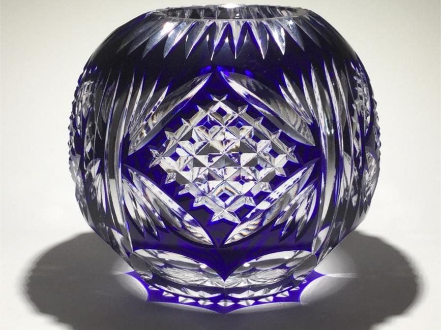 Photo VINTAGE ROSE BOWL CRYSTAL VASE IN COBOLT BLUE TO CLEAR