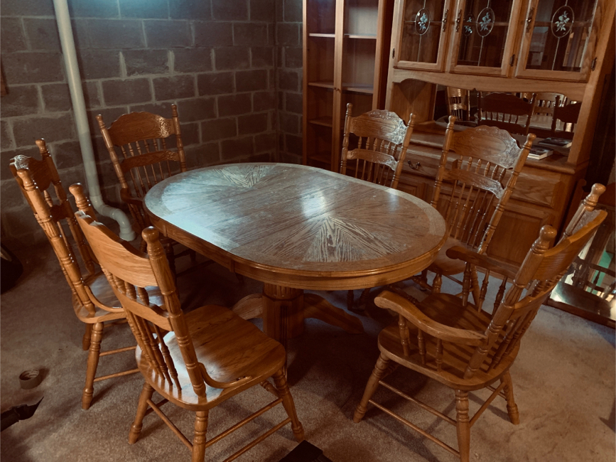 Photo Solid Oak Table Set with China Cabinet