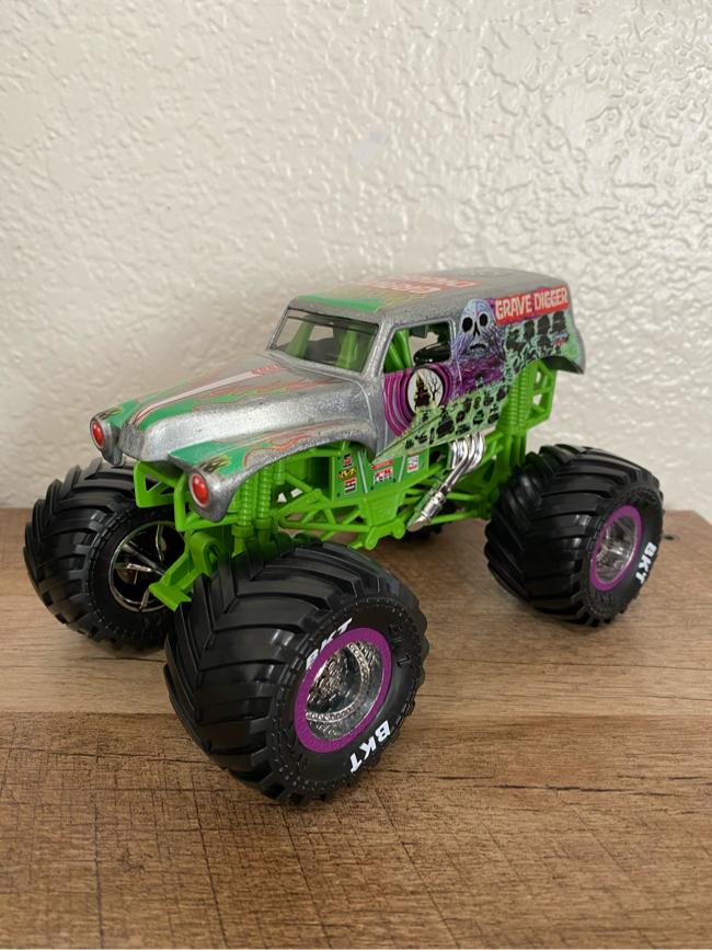 Photo Spin Master Monster Jam Grave Digger Monster Truck Chrome 2019 (1:24 Scale)