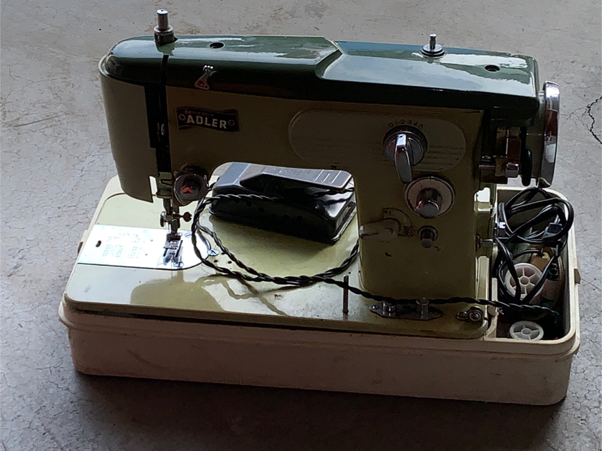 Photo Vintage Adler sewing machine with case.