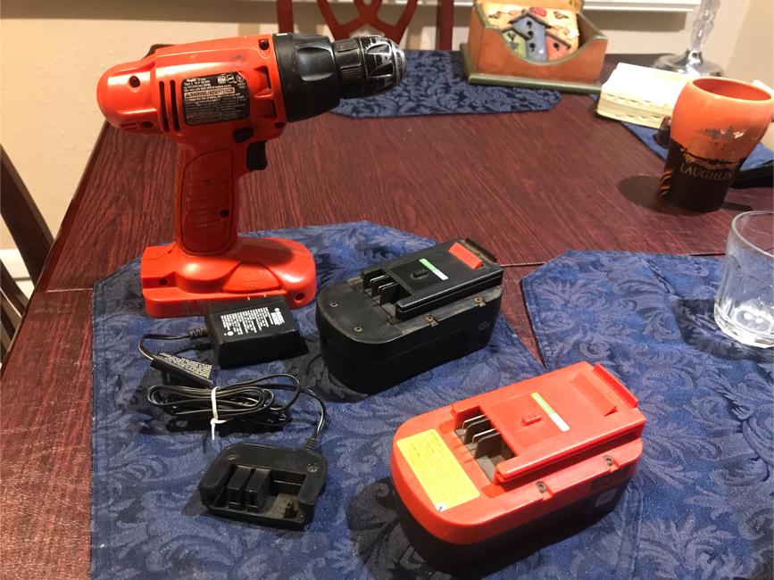 Photo 18v black & Decker drill 2 batteries 1 charger