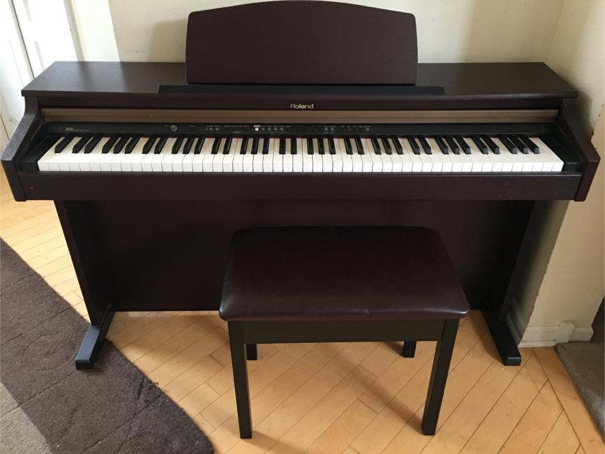 Photo Roland HP103 Mahogany Digital Piano