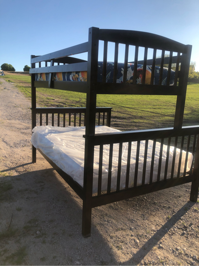 Photo Twin/full size bunk beds