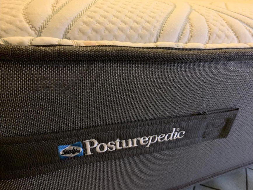 Photo Sealy Posturepedic King Mattress AND Box Springs bed