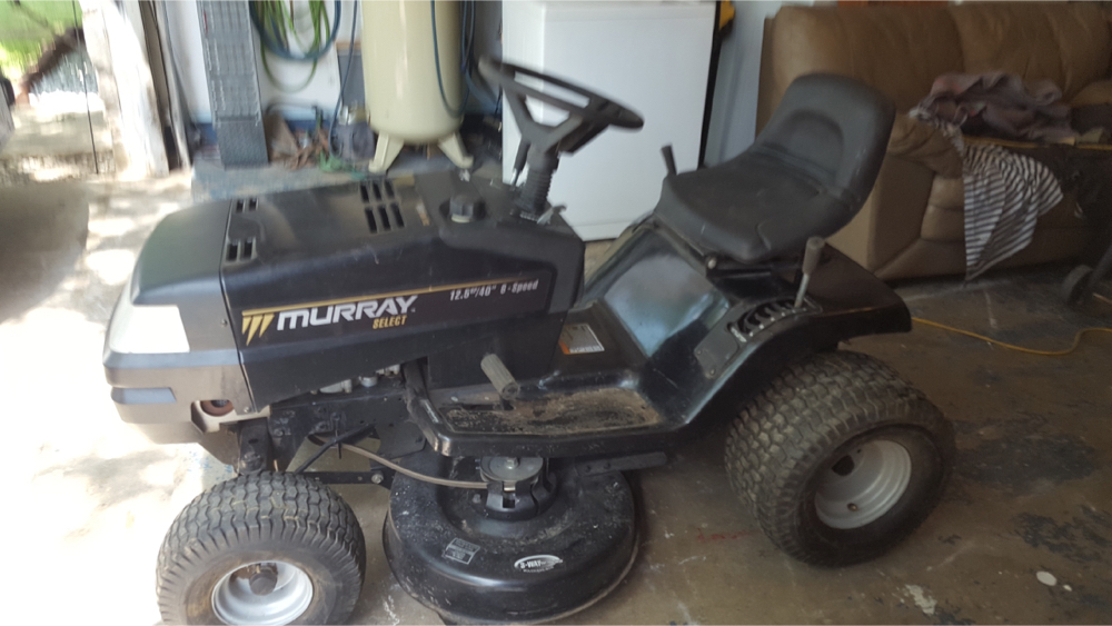 Photo Murray riding lawn mower with Briggs & Stratton motor.