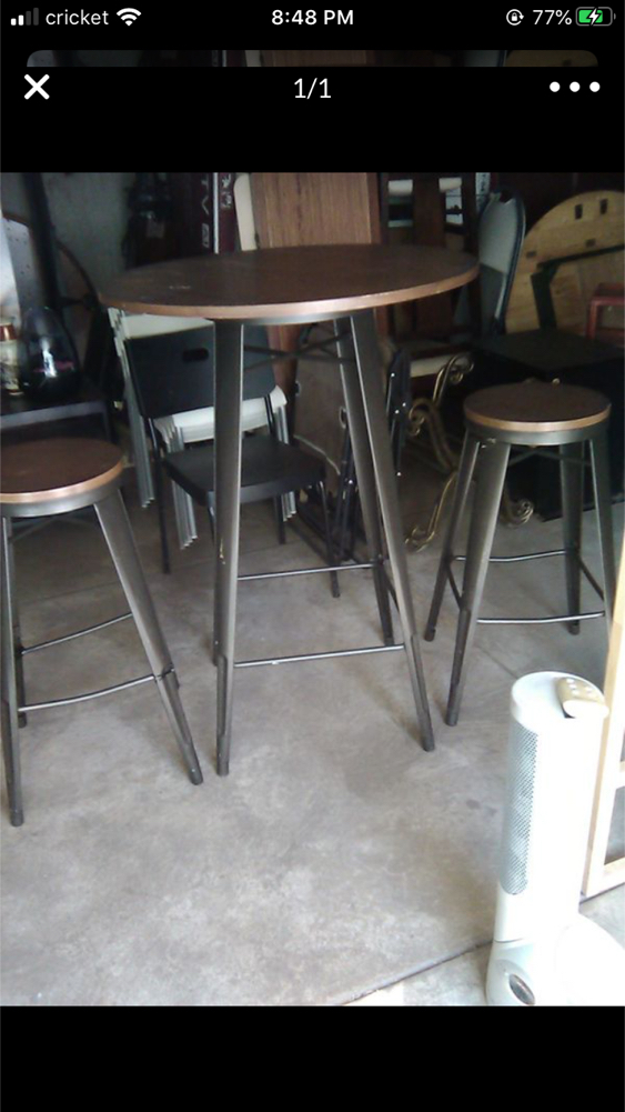 Photo TWO SEATER BARSTOOL HEIGHT TABLE SET