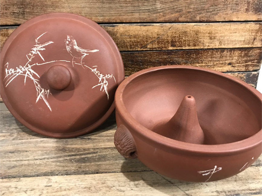 Photo Vintage red clay pottery Yixing Zisha veggie steamer, rice cooker, Yunnan soup pot, beautiful terracotta Asian bird motif