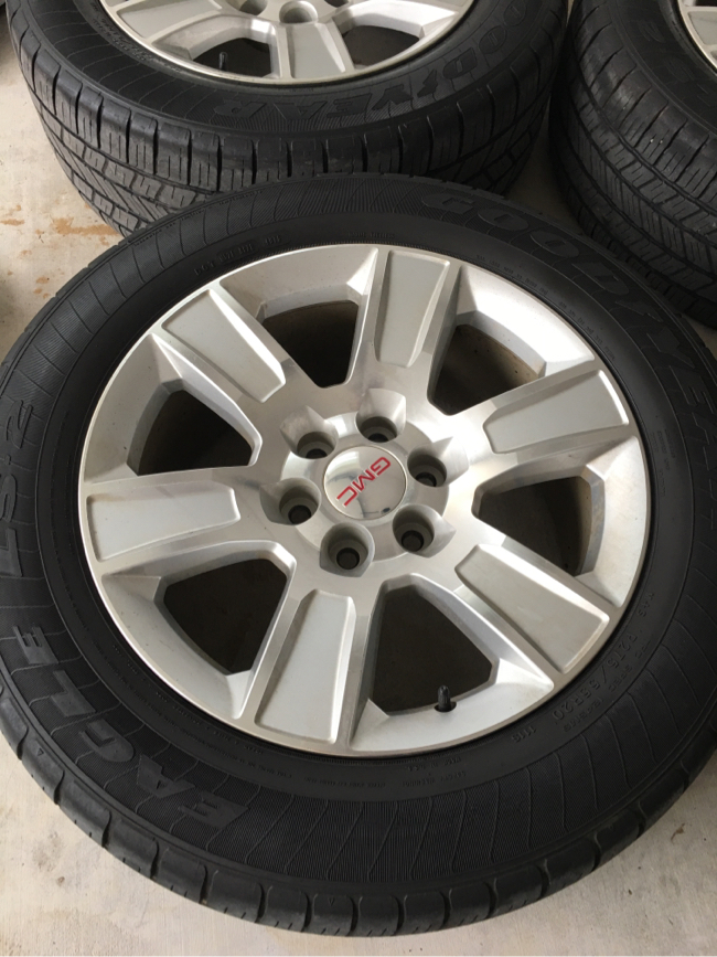 Photo GMC Sierra rims and tires