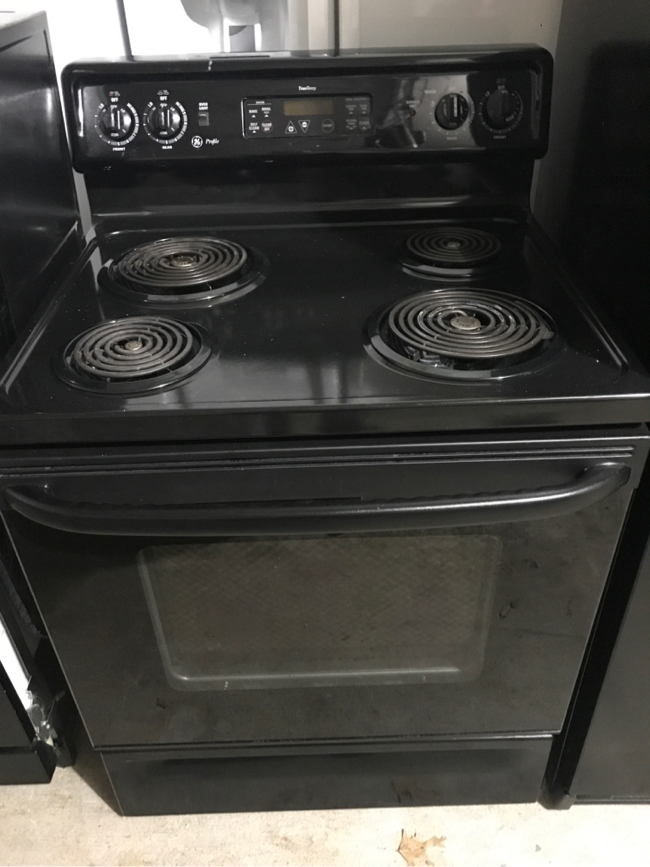 Photo GE kitchen black appliance, stove & dishwasher only left
