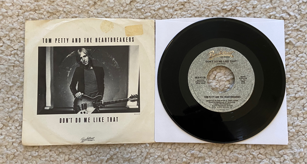 """Photo Tom Petty and The Heartbreakers """"Don't Do Me Like That"""" vinyl 7"""" single with picture sleeve 1979 Backstreet Records beautiful glossy like new vinyl Rock. Breakthrough signature Tom Petty hit from """"Damn The Torpedoes"""". Vinyl is in amazing shap"""