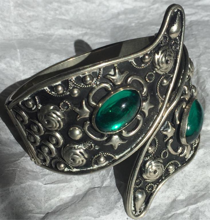 Photo Antique Alpaca Silver Rod Latch Handcuff Bracelet with Emerald Green Stones
