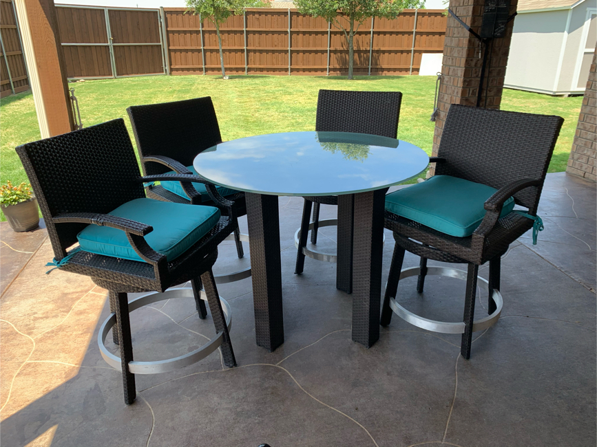 Photo Tall patio table with 4 swivel chairs