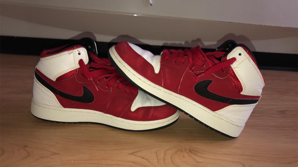 Photo Air Jordan 1 red black and white