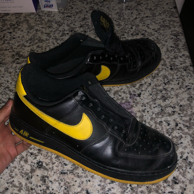 Photo Black and yellow air force ones size 10