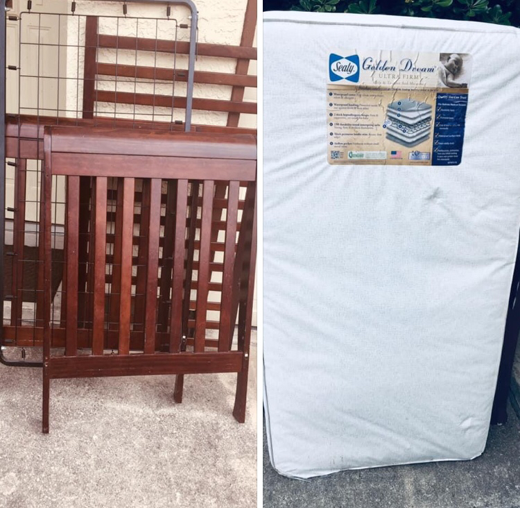 Photo TODDLER BED WITH MATTRESS (SEALY) SOLID WOOD CHERRY WOOD FINISH (needs screws)