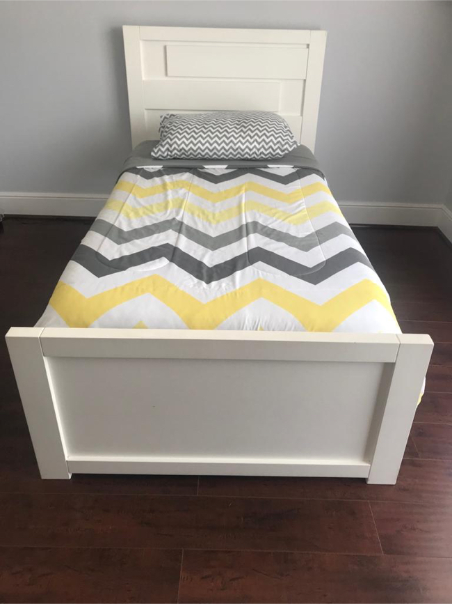 Photo IKEA white Full Bed Frame