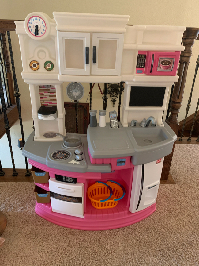 Photo Step 2 Kids Pink kitchen with two bags of kitchen accessories